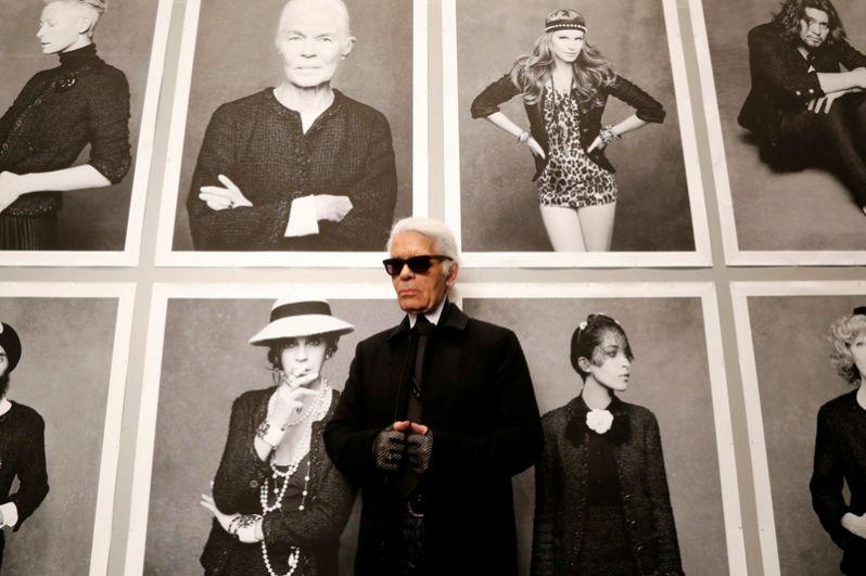 Лагерфельд был не только дизайнером, но и фотографом. В 1996 году он получил приз Немецкого общества фотографии. Его работы публиковались в журналах Steidl, Numero, Vogue, VanityFair, Stern. На фото: Лагерфельд перед открытием своей фотовыставки в Париже, 2012 год.