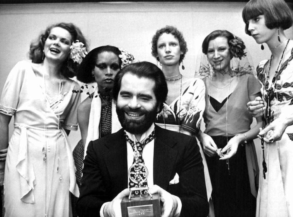 Начиная как ассистент Пьера Бальмена, уже через три года Лагерфельд возглавил дизайн-бюро модного Дома Jean Patou. На фото: модельер Карл Лагерфельд, 1973 год.