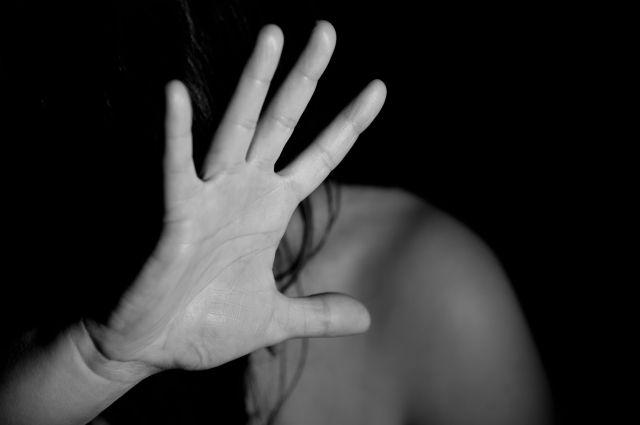 С июня по сентябрь 2018 года 37-летний обвиняемый систематически избивал 10-летнюю девочку и жену.