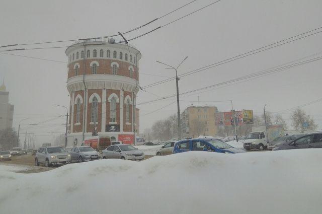 В связи с неблагоприятными погодными условиями В Оренбурге введен режим чрезвычайной ситуации.