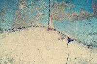 Трещины в стене - один из тревожных сигналов.