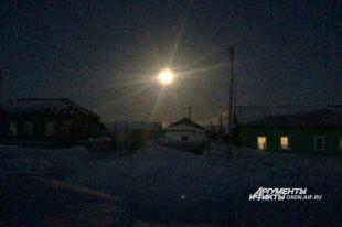 Особенно ярко смотрится Луна в сельской местности, где мало электрического света.