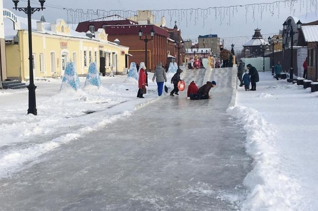 Снежный городок на пешеходной Мало-Тобольской улице