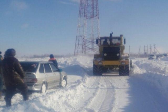 В Переволоцком районе 5 взрослых и 2 ребенка попали в «снежный плен»