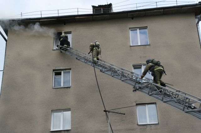 Возгорание произошло на лестнице, обгорел бытовой мусор.