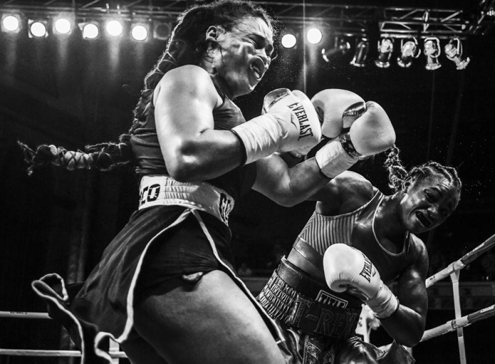 Олимпийская чемпионка по боксу Кларесса Шилдс (справа) встречается с Ханной Габриэльс на поединке в Детройте, штат Мичиган, США.