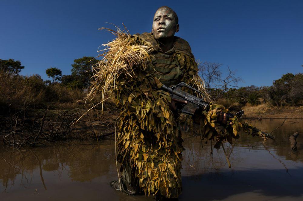 Член подразделения по борьбе с браконьерством «Акашинга» проходит обучение в Парке дикой природы Пхунунду, Зимбабве.