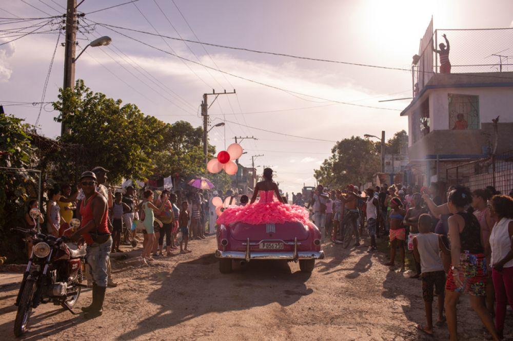 Девочка в розовом кабриолете едет по улице Гаваны, чтобы отпраздновать свое 15-летие. В Латинской Америке праздник пятнадцатилетия – это особый ритуал, который часто проводится с большим размахом. В случае этой девочки он имеет некоторую особенность: несколько лет назад ей поставили диагноз опухоль головного мозга, и сказали, что она не доживет до 13.