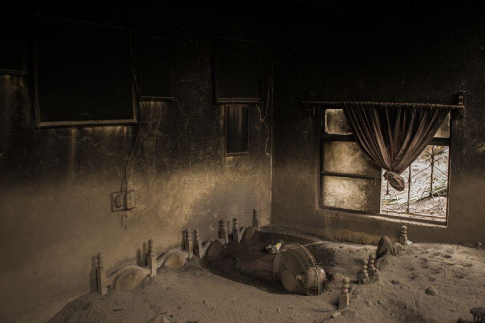 Гостиная заброшенного дома в Сан-Мигель-Лос-Лотес в Гватемале, покрытая пеплом после извержения вулкана Фуэго.
