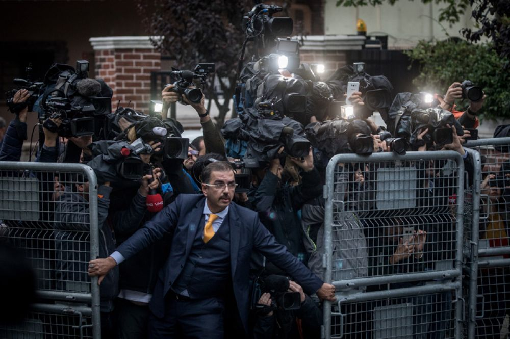 Мужчина пытается удержать прессу у консульства Саудовской Аравии в Стамбуле на фоне международной реакции на исчезновение журналиста Джамаля Хашогги.