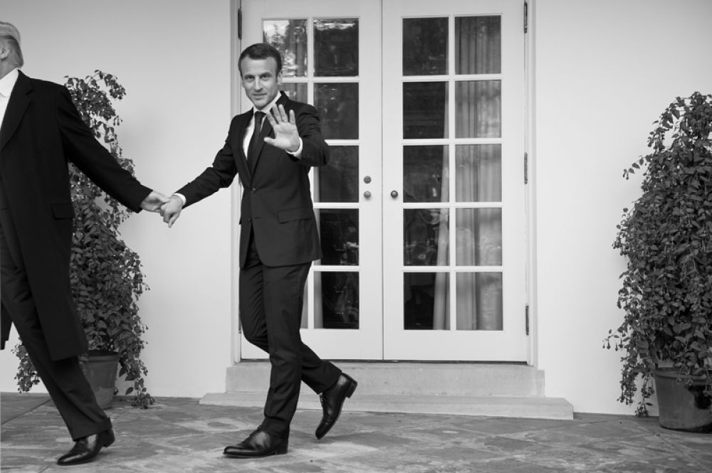 Президент США Дональд Трамп ведет президента Франции Эммануила Макрона за руку к Овальному кабинету Белого дома в Вашингтоне.
