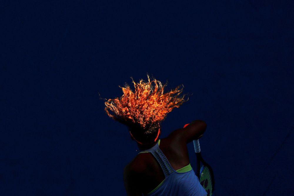 Японская теннисистка Наоми Осака выступает в матче против Симоны Халеп из Румынии во время открытого чемпионата Австралии по теннису в Мельбурне.