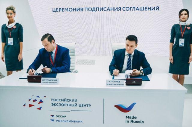Губернатор Алексей Островский (слева) и генеральный директор Российского экспортного центра Андрей Слепнев (справа) подписывают соглашение, в рамках которого Смоленская область станет «пилотным» субъектом по внедрению Регионального экспортного стандарта 2.0.