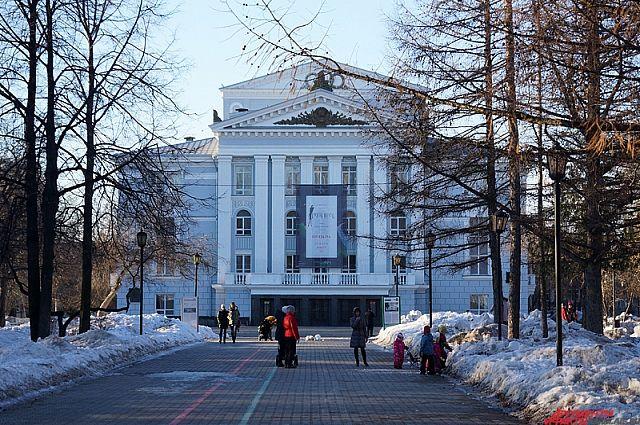 На территории за сквером им. Татищева построить новое здание театра оперы и балета.
