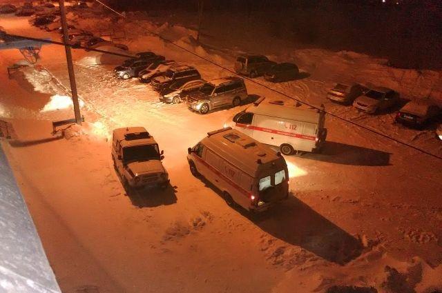 К месту ЧП приехали две бригады скорой помощи и полицейская машина.