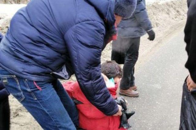 По словам очевидцев, из автобуса, следовавшего по маршруту «Харьков-Солоницевка» во время движения транспортного средства выпал пассажир.