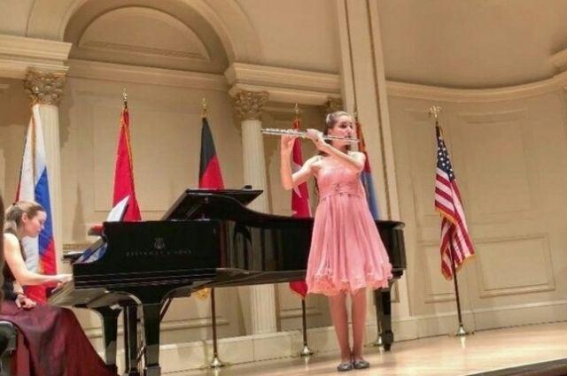 Девочка выучила пьесу для участия в конкурсе за два месяца.