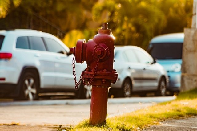 Причиной аварии стал лопнувший пожарный гидрант.