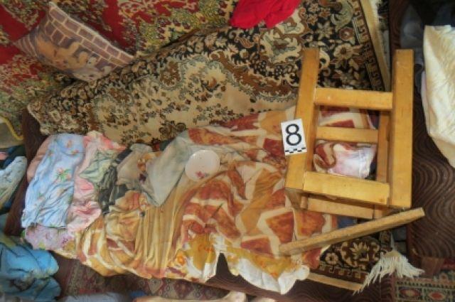 В одной из комнат на диване лежал больной мужчина, который не мог самостоятельно передвигаться.