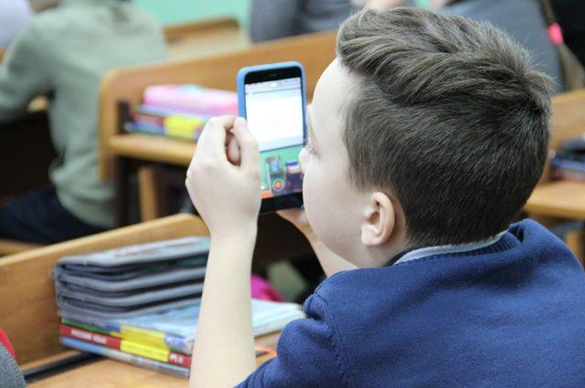 Школьники вели во время занятий прямые трансляции.