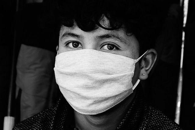 Посетителям без особой потребности не войти  в медицинское учреждение, а медперсонал строго обязан носить маски.