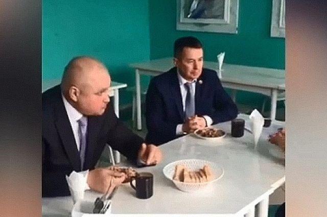 Губернатор попробовал блюда, которыми кормят учеников.