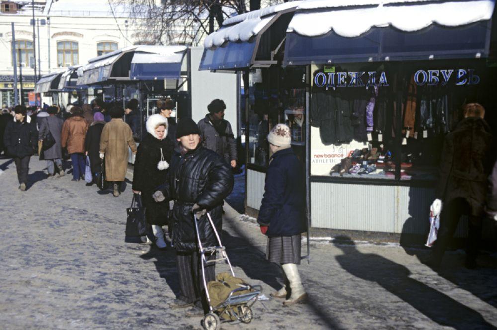 Коммерческие палатки на улицах Москвы.