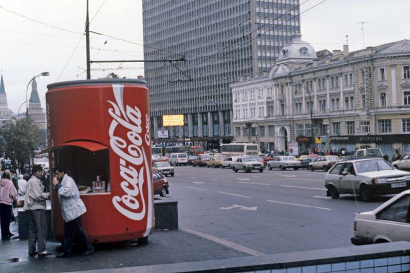 Палатка по продаже газированной воды «Кока-кола». На заднем плане гостиница «Интурист» и здание театра имени Ермоловой.