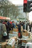 Стихийный рынок на одной из московских улиц.