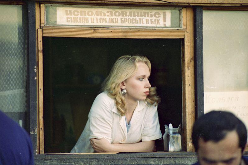 Продавщица уличного кафе в ожидании товара.