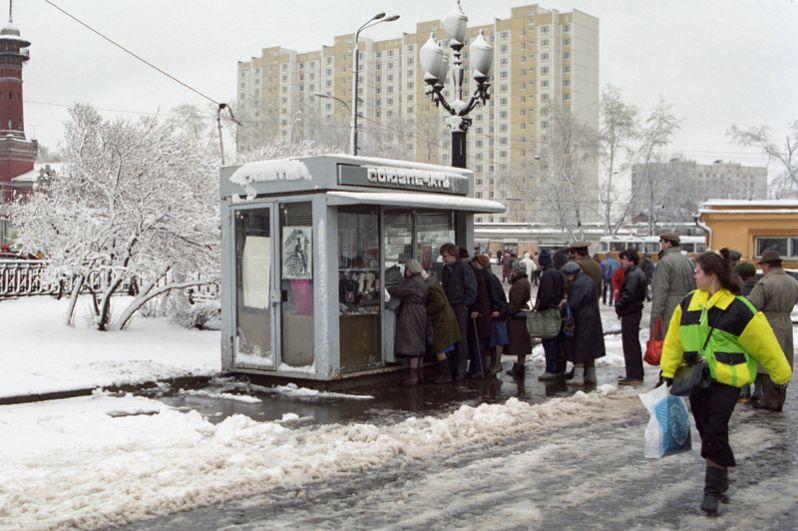 Очередь в киоск «Союзпечати» в Сокольниках.