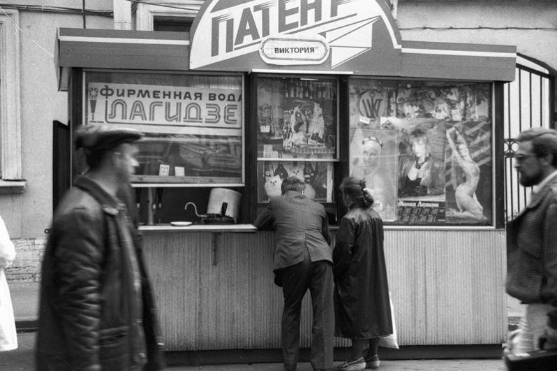 Киоск центра кооперативной торговли «Патент» в Санкт-Петербурге, где можно попробовать фирменную газированную воду или купить красочный календарь.