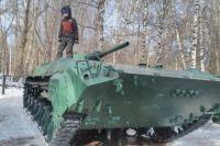 Ребятишек, особенно мальчиков, обычно интересует военная техника.