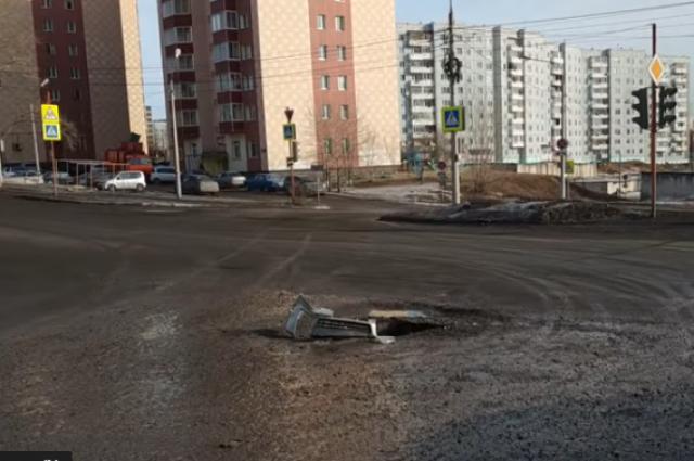 Машина застряла в провале на ул. 60 лет образования СССР.