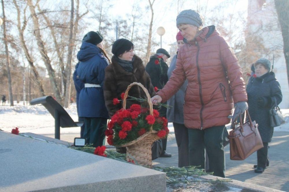 Завершился митинг возложением гирлянды и цветов к мемориалу «Вечный огонь Славы» и к памятнику генералу армии А.П. Белобородову.