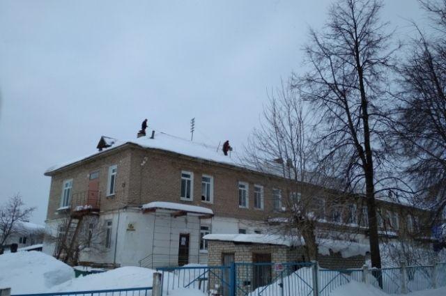 Сразу после ЧП с мальчиком с крыши садика начали убирать снег и лёд.
