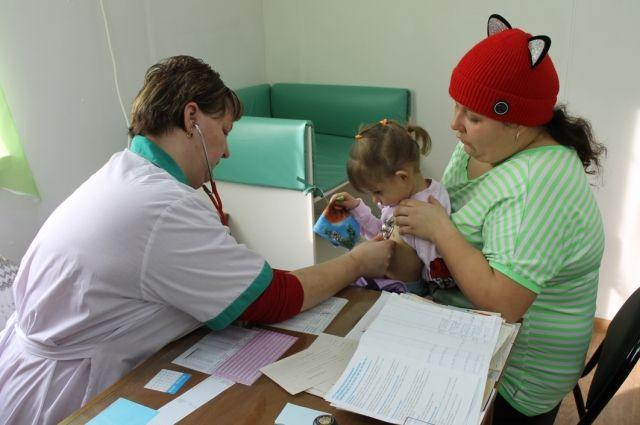 в В поликлинике разделили очереди больных и здоровых детей.