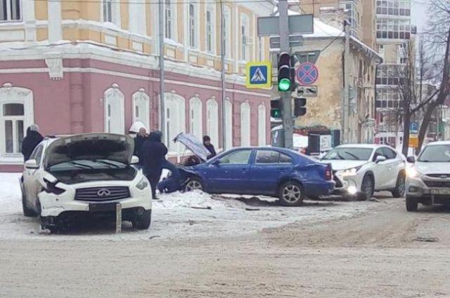 В аварии в центре Перми пострадали три автомобиля.