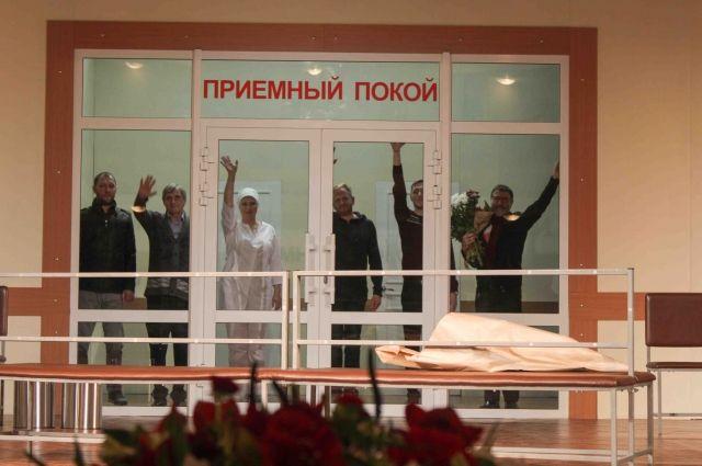 Евгений Гришковец с артистами с артистами Кемеровского драмтеатра после премьеры «Весов».