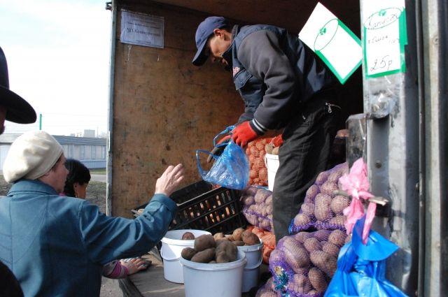 Покупатели предпочитают покупать продукты у местных фермеров.