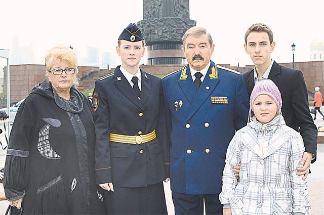 Присяга внучки Анны на Поклонной горе, 2013 г. Генерал с супругой, внуком Олегом и внучкой Александрой.