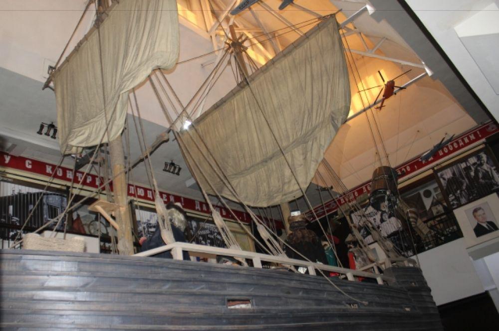 В одной композиции - старинный корабль и спутник.