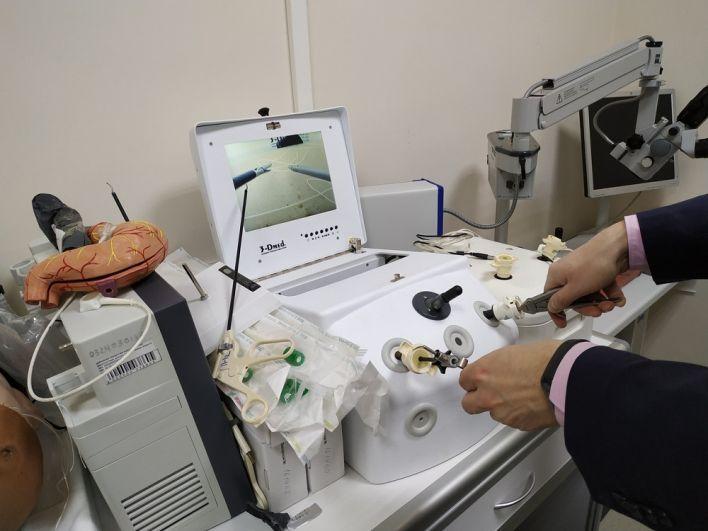 под микроскопом будущие врачи сшивают нервы, пока куриные