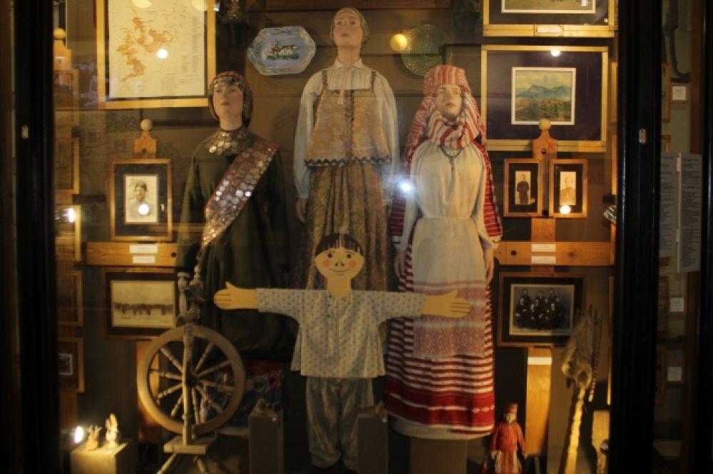 Одежда членов семьи в позапрошлом веке.