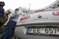 На таможне обещают растаможить все автомобили, владельцы которых успеют подать декларации 22 февраля.