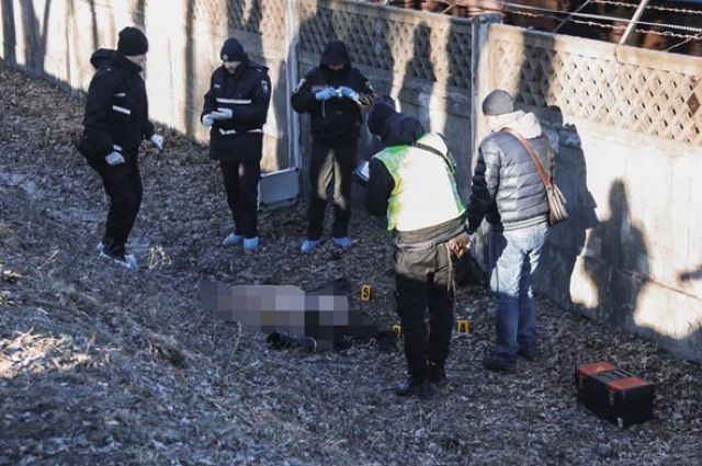 Тело мертвой женщины лежало в зеленой зоне вблизи станции метро Черниговская.