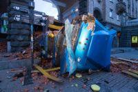 В центре Киева фура с кирпичами протаранила авто и перевернулась