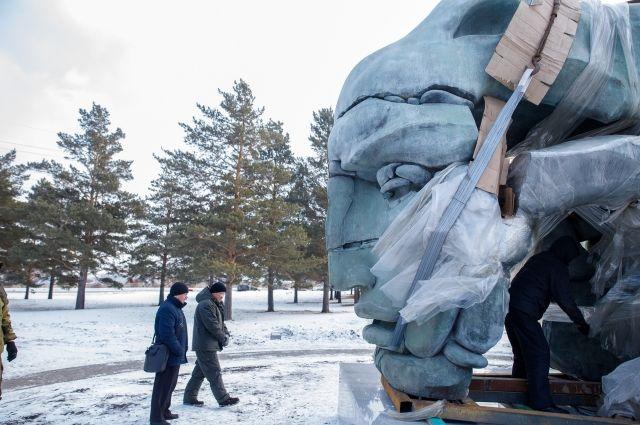 Скульптура называется «Трансформация», весит около восьми тонн.