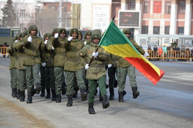 Военные курсанты из Республики Конго в Омске на параде.