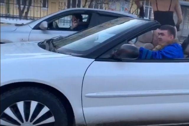 Тюменец катался по городу в кабриолете с девушками в откровенных нарядах
